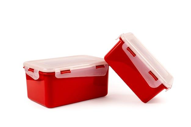 Plastic containers voor voedingsmiddelen van rode kleur geïsoleerd op een witte achtergrond. lunch trommel