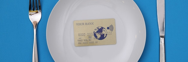 Plastic creditcard is op een witte plaat. bancaire aanbiedingen voor bedrijfsconcept