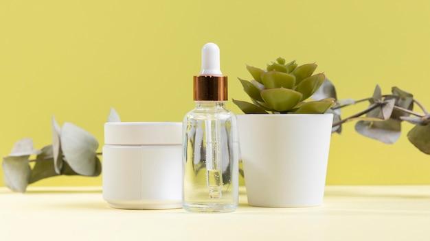 Plastic crème container met plant