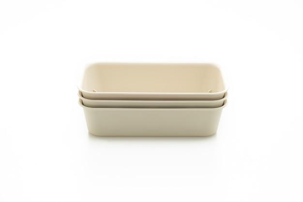 Plastic dienblad of plastic doos die op witte achtergrond wordt geïsoleerd