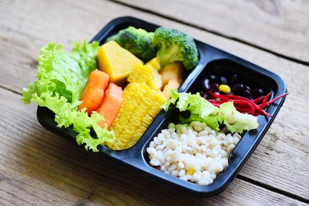 Plastic doos voedsel met gezonde voedseldoos fruit groente salade saus service eten online levering
