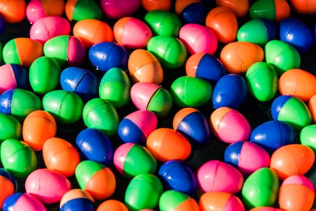 Plastic eieren die in water drijven