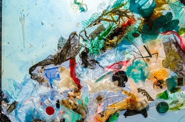Plastic en puin drijven in water pakketten en blikjes werden in zee gegooid