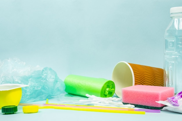 Plastic fles, hygiënische artikelen en plastic pakket met ecologische afbeelding
