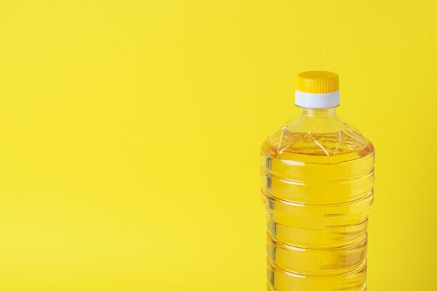 Plastic fles met plantaardige olie. kopieer ruimte.