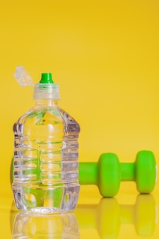 Plastic fles mineraalwater op een heldere gele achtergrond