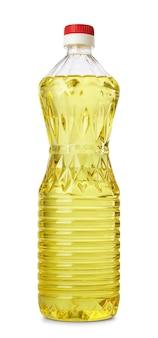 Plastic fles natuurlijke zonnebloemolie met rode schroefdop zonder etiket, geïsoleerd op een witte achtergrond.