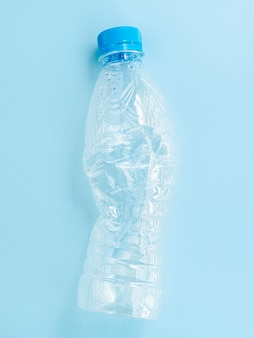Plastic fles op blauwe achtergrond