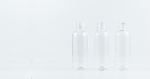 Plastic fles op een witte achtergrondset van water plastic fles geïsoleerd op een witte achtergrond