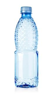 Plastic fles water geïsoleerd op een witte achtergrond met uitknippad