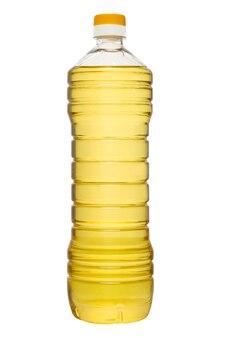 Plastic fles zonnebloemolie die op witte achtergrond wordt geïsoleerd