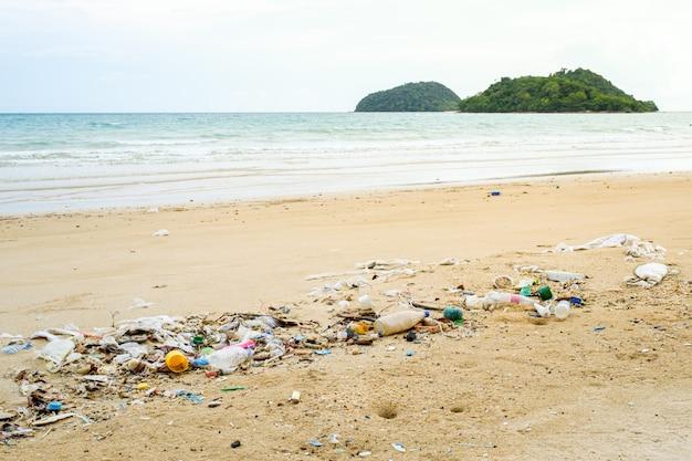Plastic flessen en ander afval op zee strand