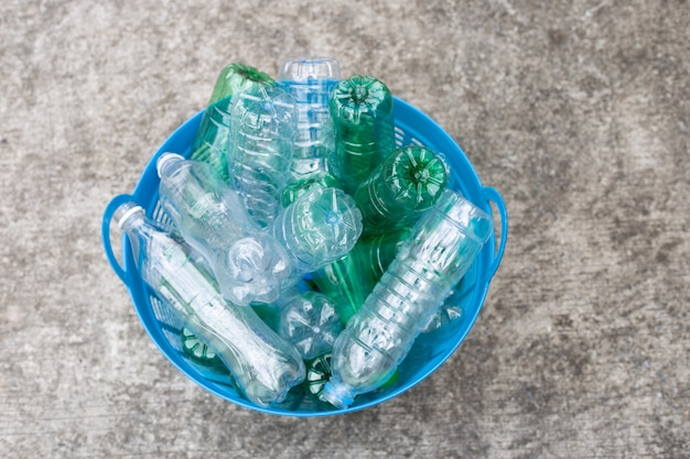 Plastic flessen in afvalmand.