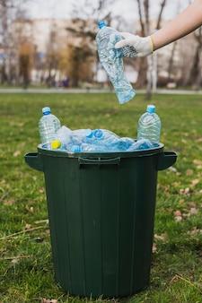 Plastic flessen in bak