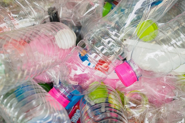 Plastic flessen in recycle afval station close-up