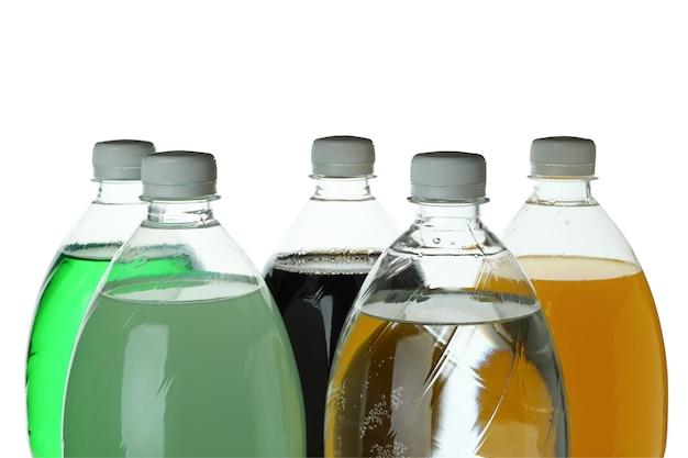 Plastic flessen met verschillende frisdrank geïsoleerd op een witte ondergrond