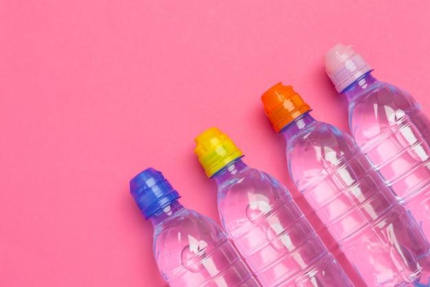 Plastic flessen met zuiver water bovenaanzicht