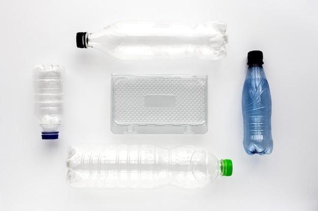 Plastic flessen om te recycleren, knolling-concept