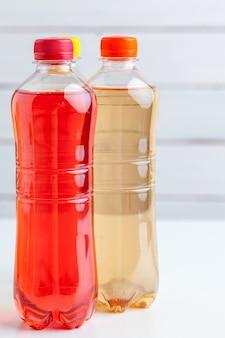 Plastic flessen op witte achtergrond