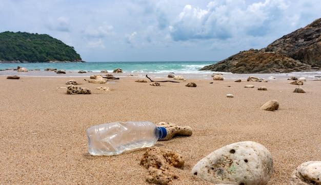 Plastic flessenafval is een milieuvervuiling op het strand.