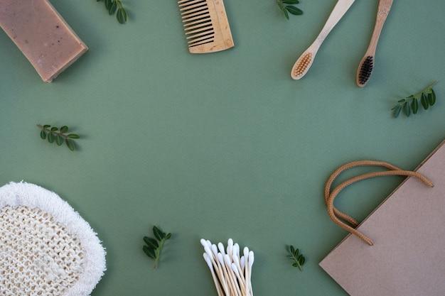 Plastic gratis badkameraccessoires op groene tafel