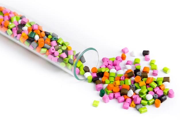 Plastic grondstoffen in korrels op wit