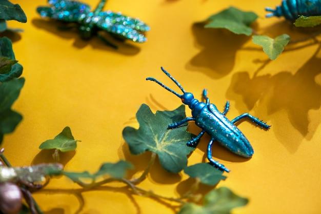 Plastic insect onder groene bladeren
