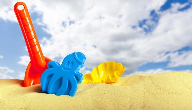 Plastic kinderspeelgoed op het zandstrand