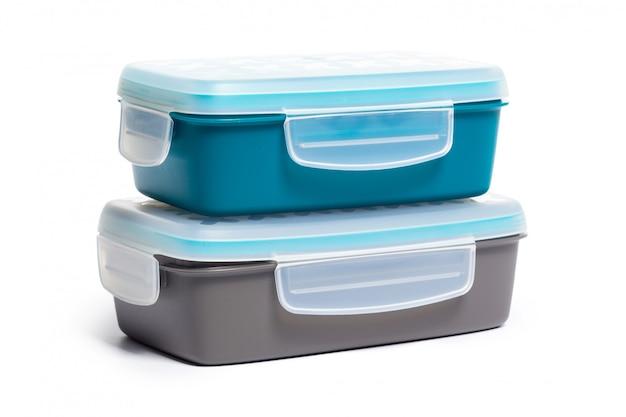 Plastic lunchdoos die op witte achtergrond wordt geïsoleerd