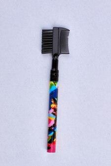 Plastic make-upborstel die op wit wordt geïsoleerd. bovenaanzicht van make-up tool.