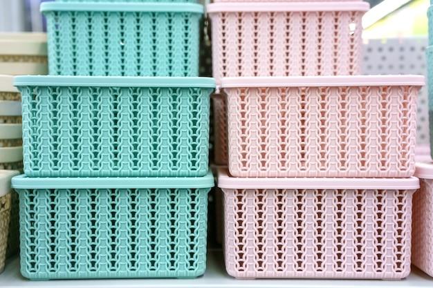 Plastic manden op de plank in de winkel