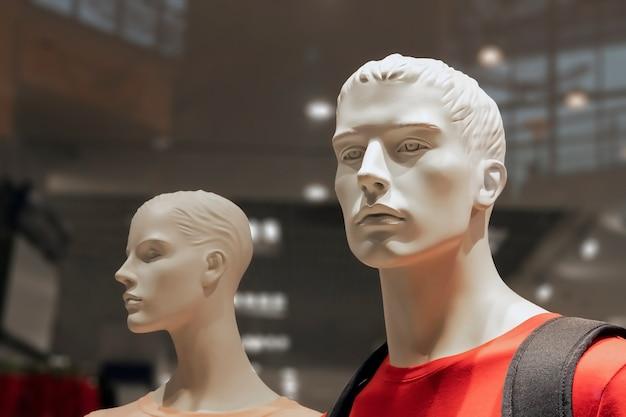 Plastic mannequins gekleed in modieuze kleding