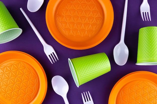 Plastic oranje groene afvalinzameling op paars