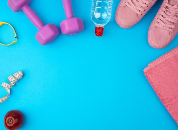 Plastic paarse halters, sportkleding, water, roze sneakers
