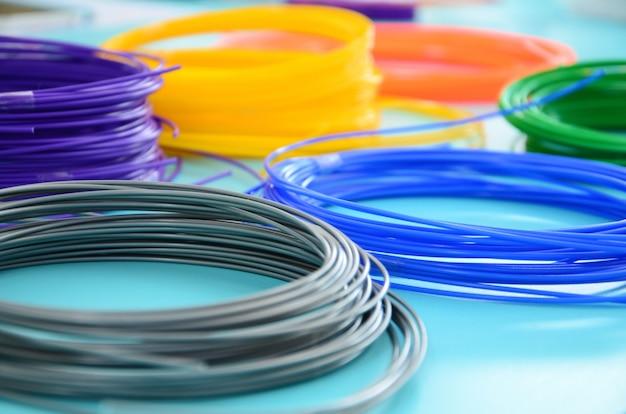 Plastic pla- en abs-filamentmateriaal voor afdrukken op een 3d-pen of printer in verschillende kleuren