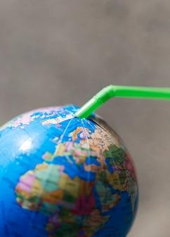 Plastic rietje in wereldbol