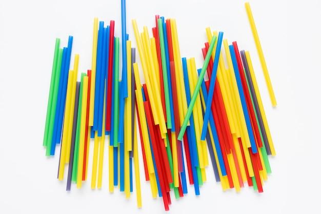 Plastic rietjes op wit milieuconcept als achtergrond