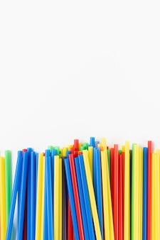 Plastic rietjes op wit, milieuconcept