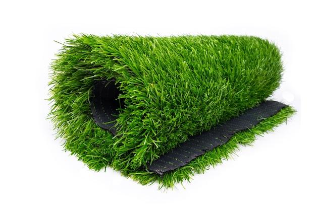 Plastic rol van groen gras op witte achtergrond.