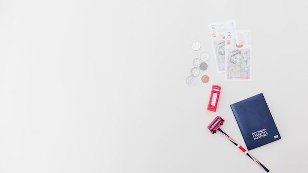 Plastic speelgoed met paspoort en valuta