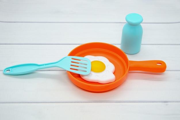 Plastic speelgoedbakjes voor kinderen: koekenpan met deksel, gebakken eieren, zoutvaatje en spatel