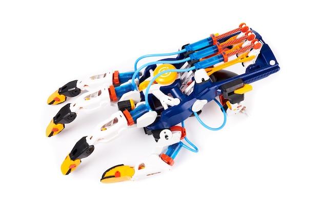 Plastic speelgoedrobotarm met hydraulisch vingerbewegingsmechanisme. geïsoleerd op wit