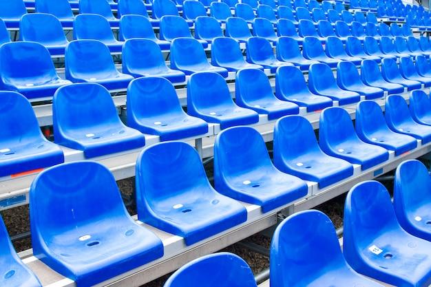 Plastic stoelen op het stadion in de zomer