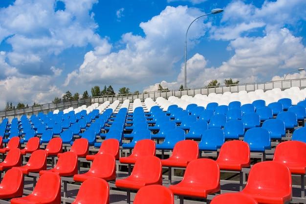 Plastic stoelen op het stadion
