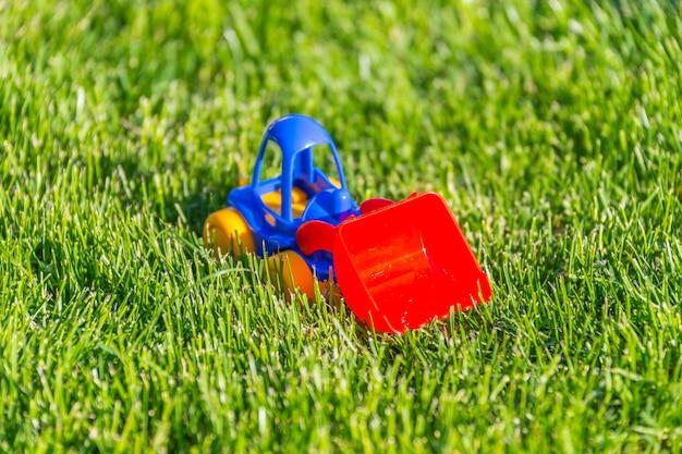 Plastic stuk speelgoed auto op een groen gras