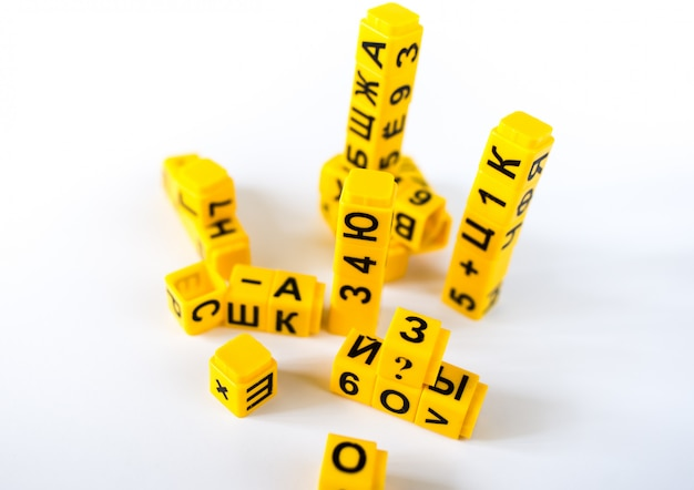 Plastic stukjes met cyrillische alfabetletters en cijfers