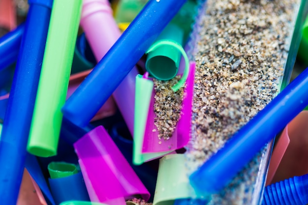 Plastic stukken close-up verzameld uit zand