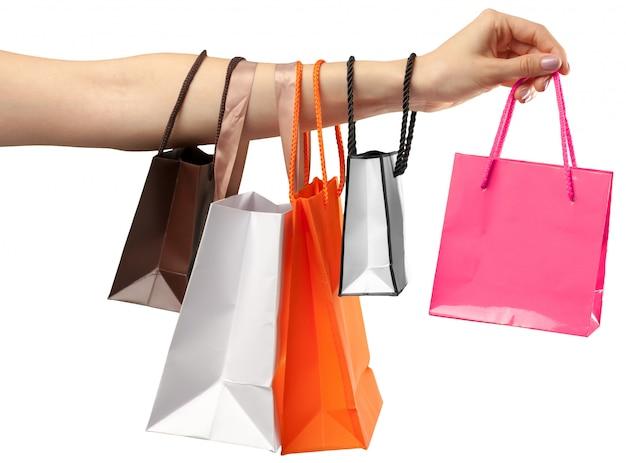 Plastic tas. vrouwelijke hand die boodschappentas op wit