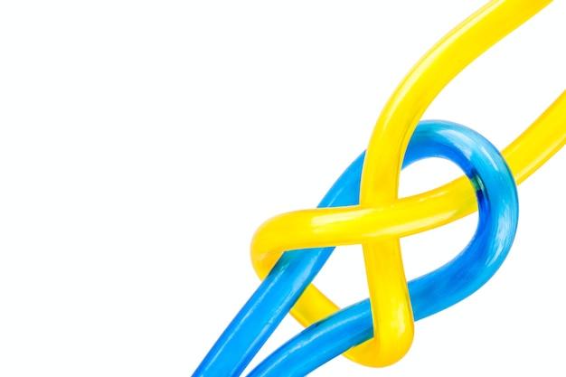 Plastic touw en touw knoop op witte achtergrond