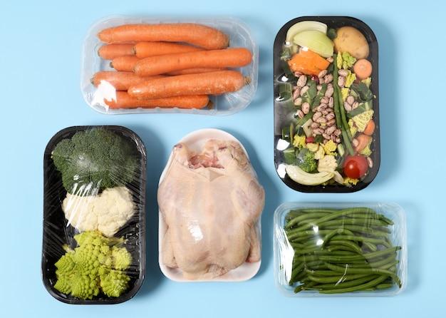 Plastic verpakkingen van kip en groenten